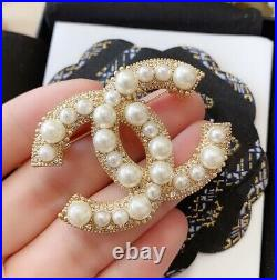 CHANEL CC LOGO Chanel round drill pearl CC brooch beautiful to explode